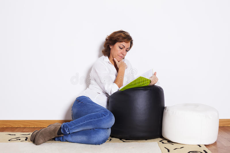 Livres de lecture de femme images stock