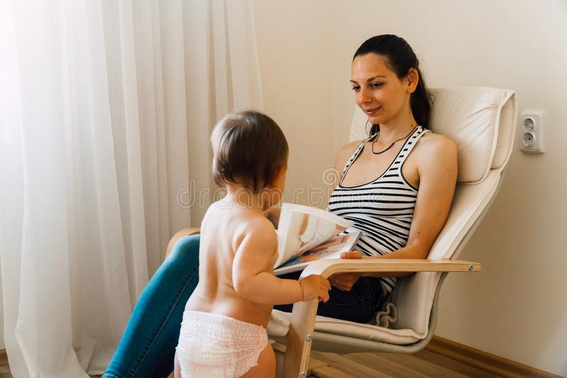 Livres de lecture de mère et d'enfant en bas âge à la maison Temps de collage de qualité ensemble photographie stock libre de droits