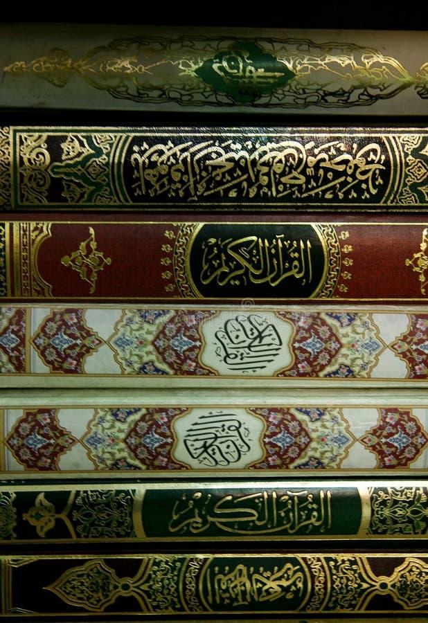 Livres de Quran dans la mosquée image stock