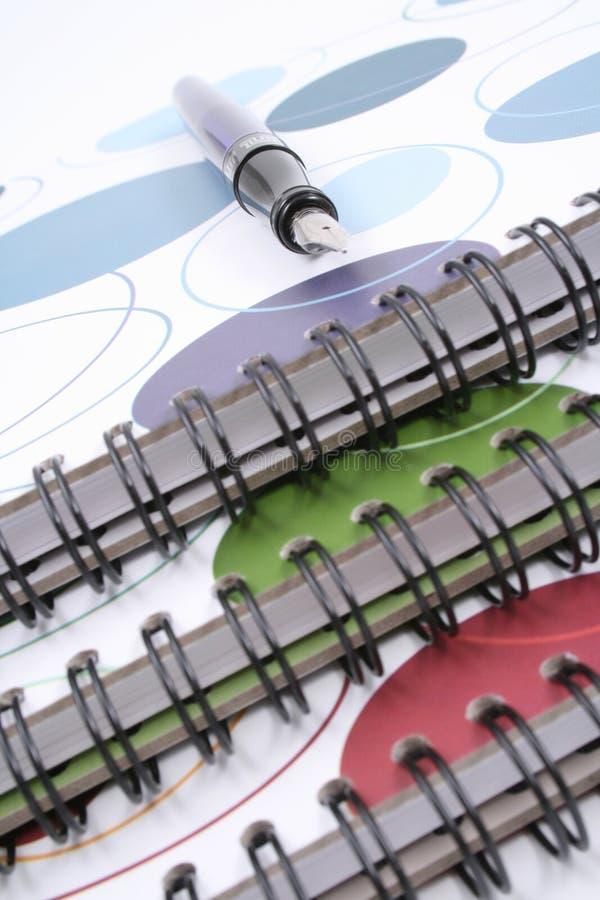 Livres et crayon lecteur spiralés photographie stock libre de droits