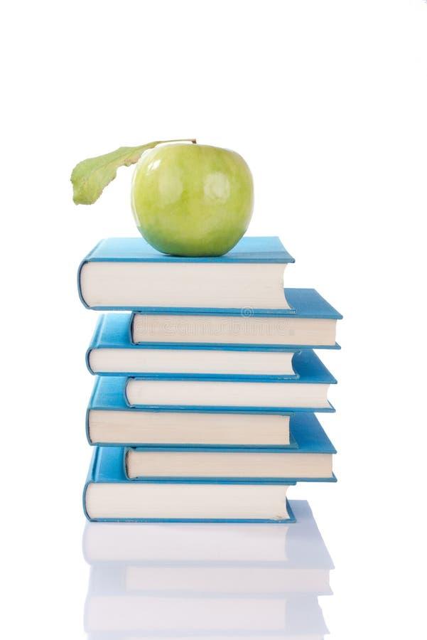 Livres et pomme verte photographie stock libre de droits