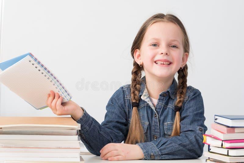 Livres heureux de sourire de fille d'école d'enseignement primaire photo stock