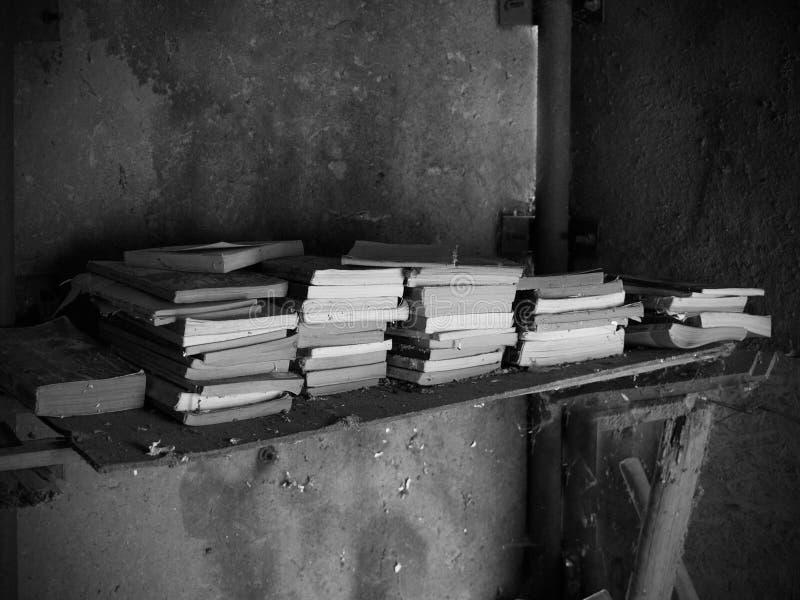 Livres oubliés sur une étagère dans un entrepôt photographie stock