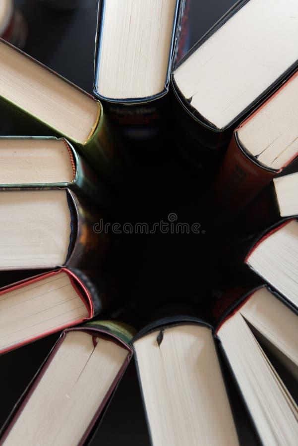 Livres placés de nouveau au dos dans un cercle image stock