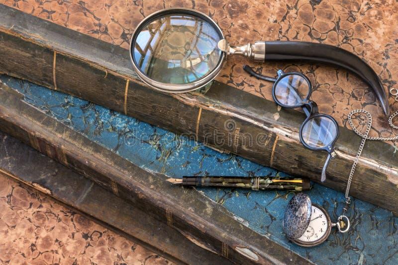 Livres précieux antiques avec la montre de loupe, en verre, de stylo-plume et de poche illustration libre de droits