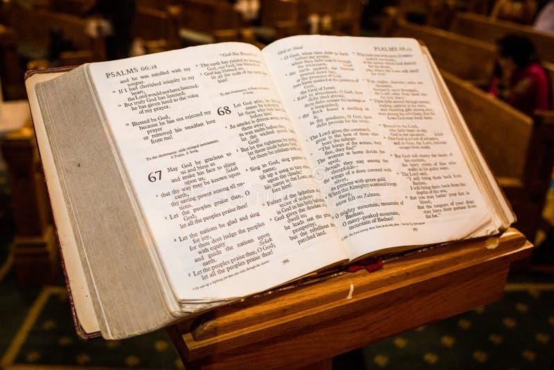Livres sacrés au banc d'église photographie stock libre de droits