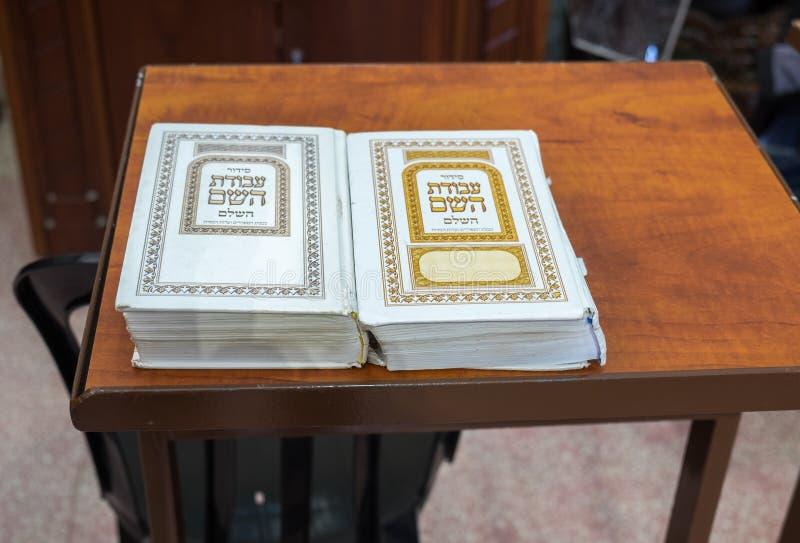 Livres sacrés juifs Siddur sur le support en bois à la synagogue en caverne de Machpelah dans Hebron ou tombe des patriarches l'i image stock