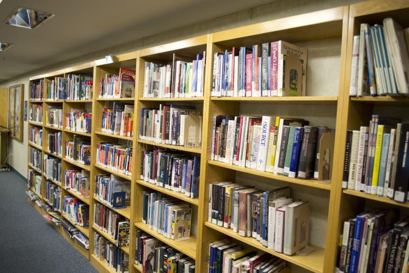Livres se reposant sur des étagères photos libres de droits