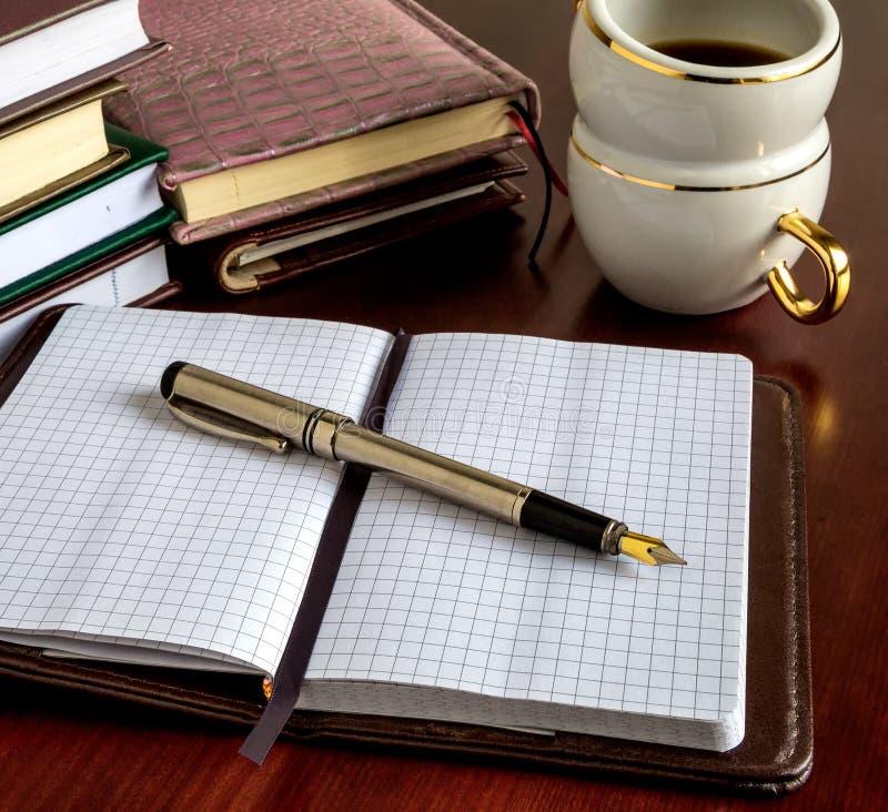 Livres, stylos, affaires, café image libre de droits
