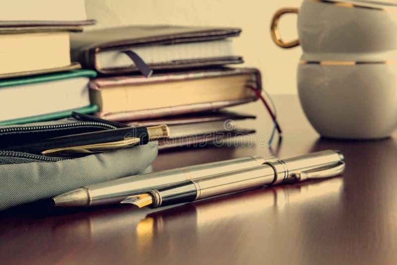 Livres, stylos, café image libre de droits