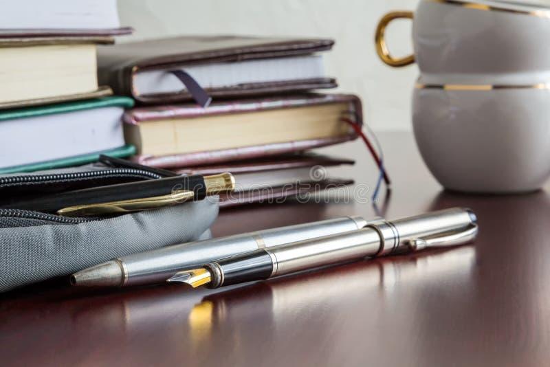 Livres, stylos, café photographie stock