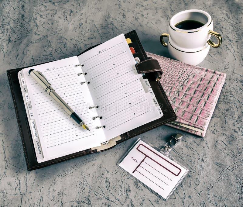 Livres, stylos, carnet, café image stock