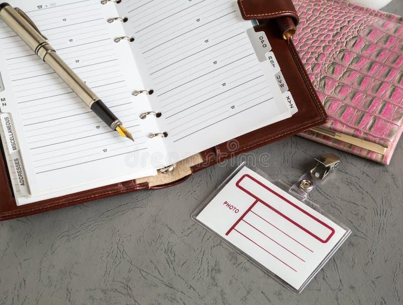 Livres, stylos, insigne image stock