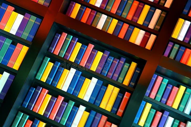 Livres sur des étagères de bibliothèque images stock