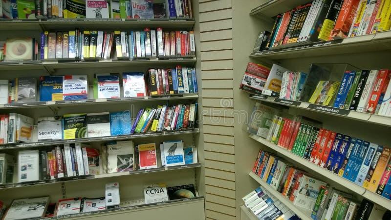 Livres sur des étagères se vendant au magasin image libre de droits