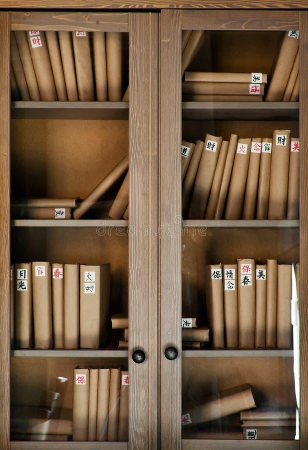 Livres sur l'étagère photos stock