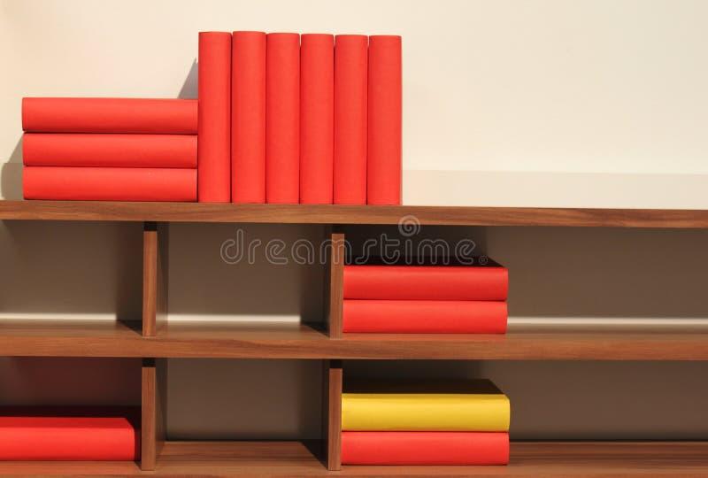 Livres sur l'étagère image libre de droits