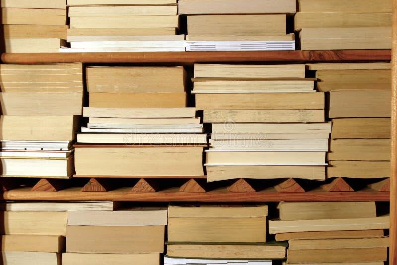 Livres sur l'étagère en bois photographie stock