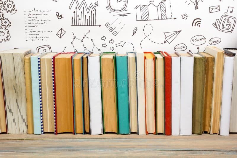 Livres sur l'étagère en bois grunge de bureau de table dans la bibliothèque De nouveau au fond d'école avec l'espace de copie pou images stock