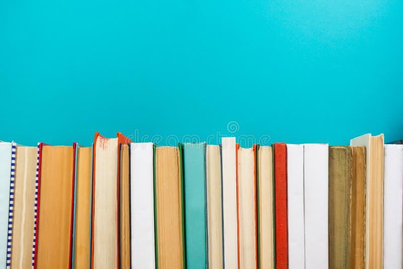 Livres sur l'étagère en bois grunge de bureau de table dans la bibliothèque De nouveau au fond d'école avec l'espace de copie pou image stock