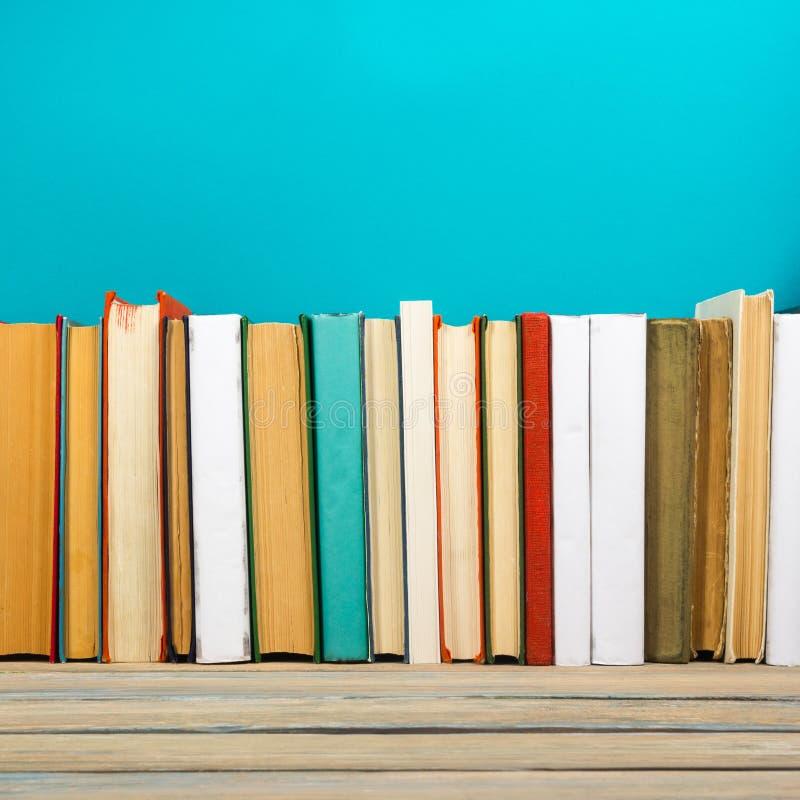 Livres sur l'étagère en bois grunge de bureau de table dans la bibliothèque De nouveau au fond d'école avec l'espace de copie pou photographie stock libre de droits