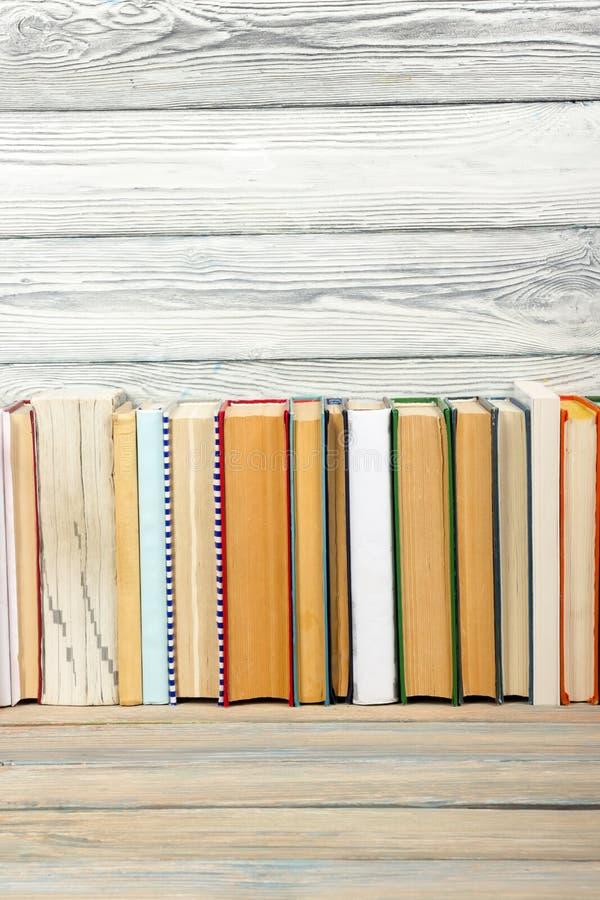 Livres sur l'étagère en bois grunge de bureau de table dans la bibliothèque De nouveau au fond d'école avec l'espace de copie pou image libre de droits