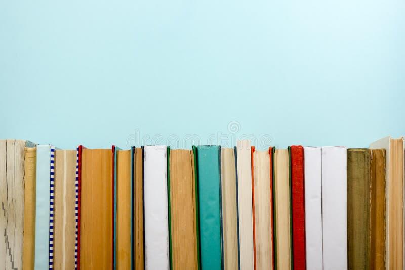 Livres sur l'étagère en bois grunge de bureau de table dans la bibliothèque De nouveau au fond d'école avec l'espace de copie pou photo libre de droits