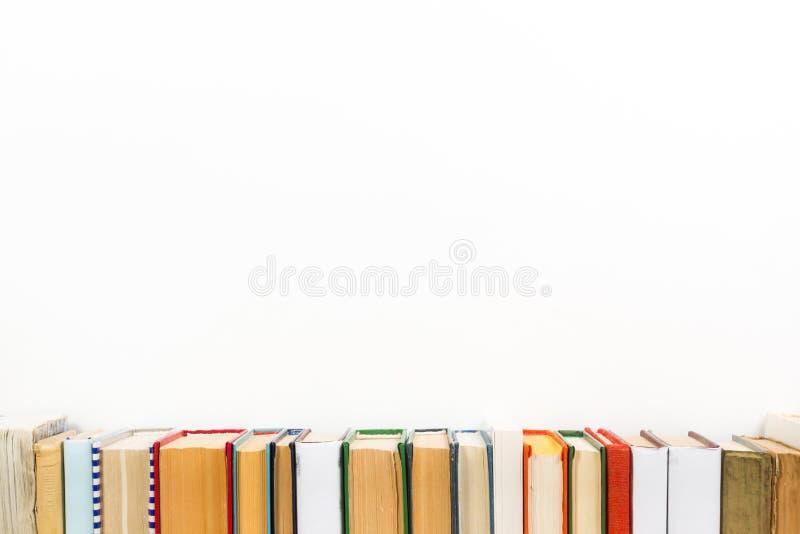Livres sur l'étagère en bois grunge de bureau de table dans la bibliothèque De nouveau au fond d'école avec l'espace de copie pou images libres de droits