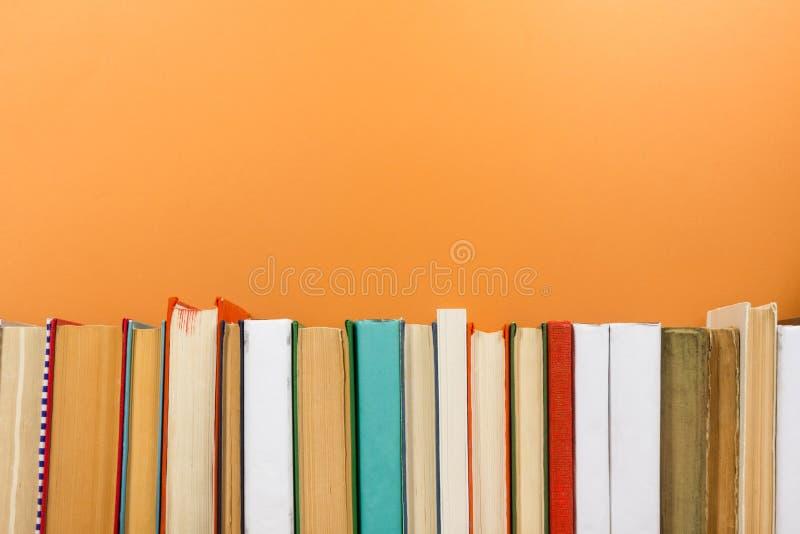 Livres sur l'étagère en bois grunge de bureau de table dans la bibliothèque De nouveau au fond d'école avec l'espace de copie pou photo stock