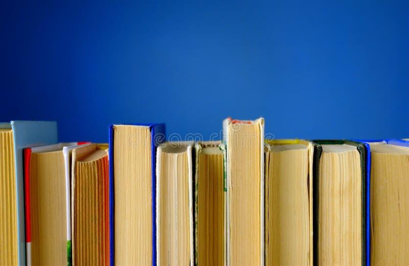 Livres sur un fond bleu images stock