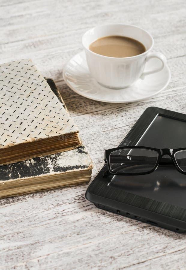 Livres, tasse de café, verres et eBook photo libre de droits