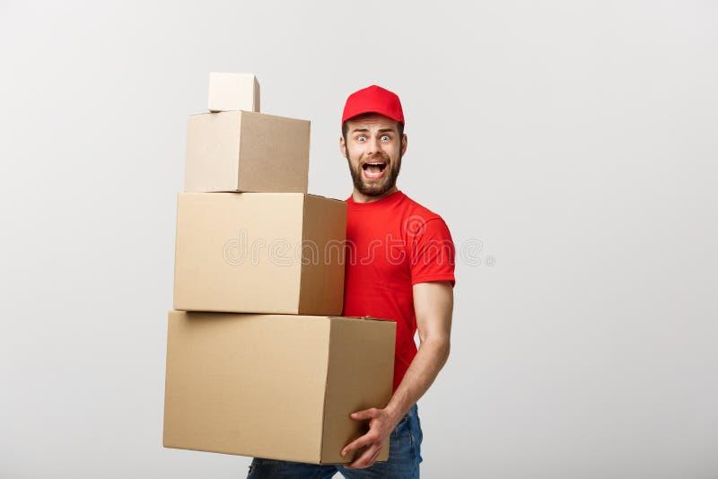 Livreur faisant le geste de surprise tenant des boîtes en carton photos libres de droits