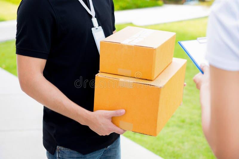 Livreur fournissant des paquets au destinataire photos stock