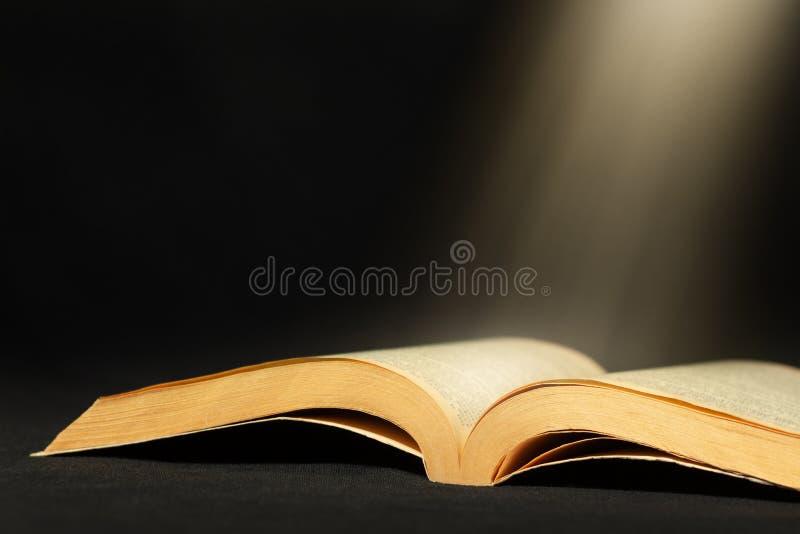 Livro aberto com espaço do feixe luminoso e da cópia fotos de stock royalty free