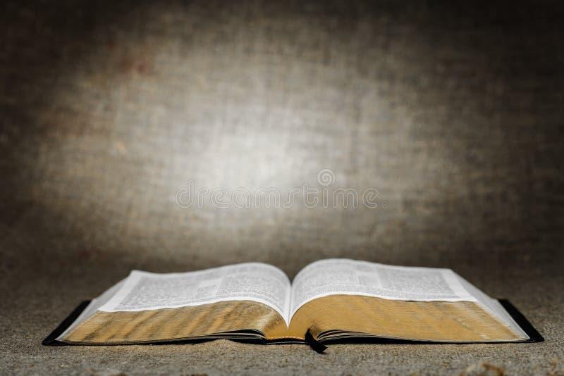 Livro aberto da Bíblia Sagrada na tabela fotos de stock royalty free