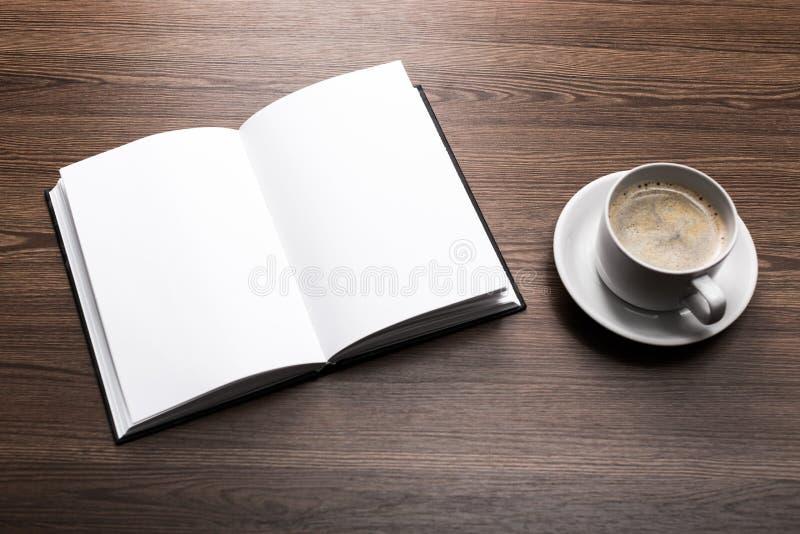 Livro aberto da placa da foto no fundo de madeira textured fotografia de stock