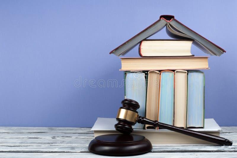 Livro aberto do conceito da lei com o martelo de madeira dos juizes na tabela em uma sala do tribunal ou em um escritório da apli foto de stock royalty free
