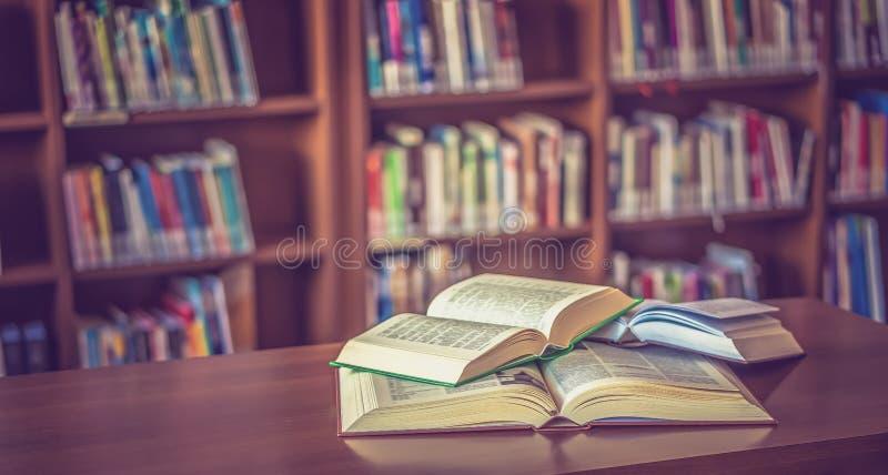 Livro aberto na tabela na biblioteca foto de stock royalty free