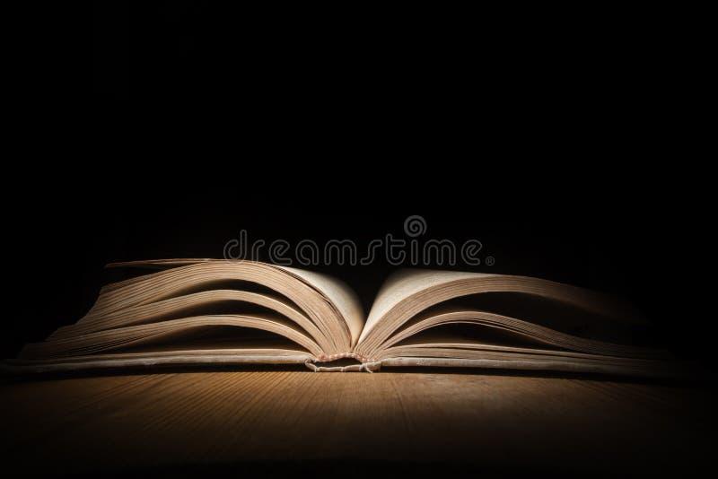 Livro aberto velho imagens de stock