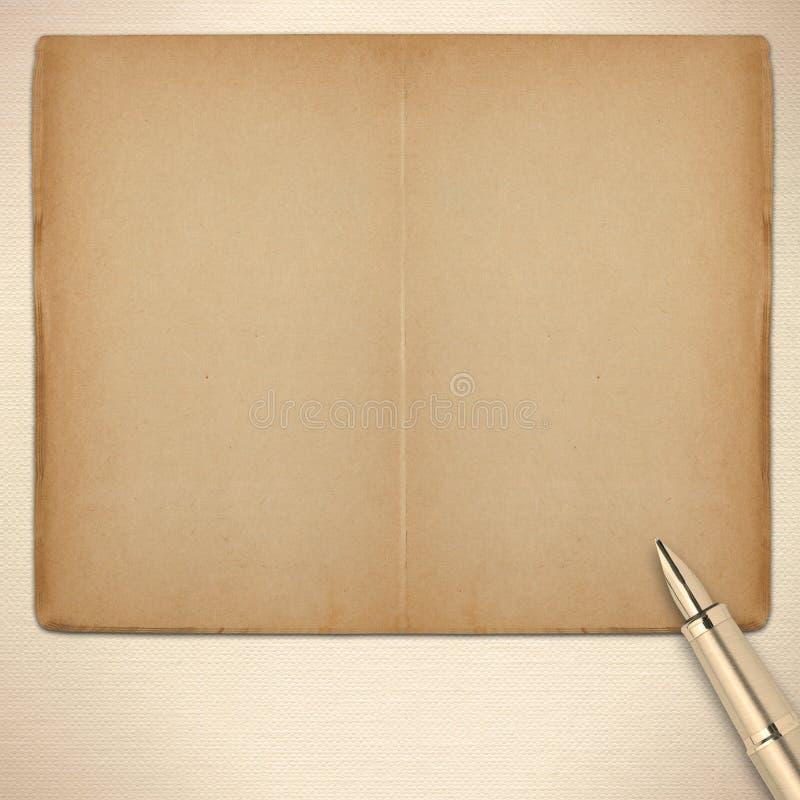 Livro aberto velho com pena de fonte imagem de stock royalty free