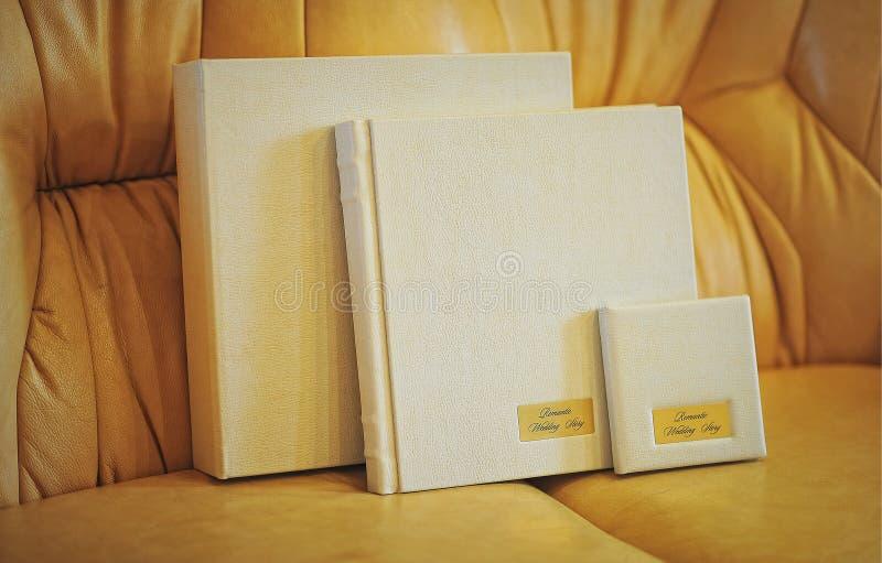 Livro amarelo da foto do casamento do couro do leite imagens de stock