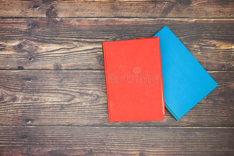 Livro azul e vermelho na tabela fotos de stock royalty free