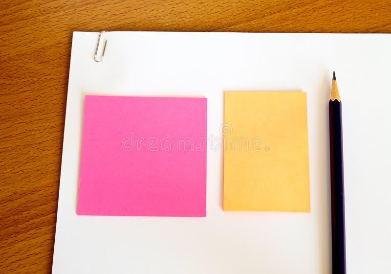 Livro Branco com lápis e memorando na tabela fotografia de stock royalty free
