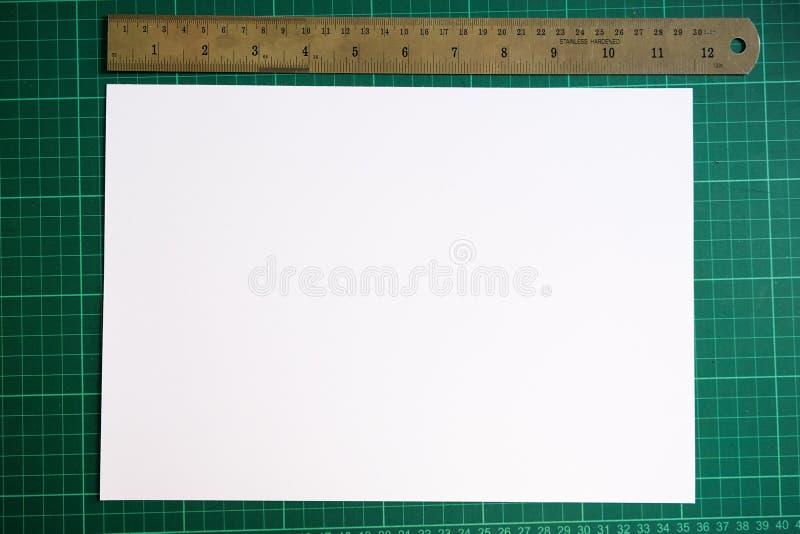 Livro Branco com uma régua fotos de stock royalty free