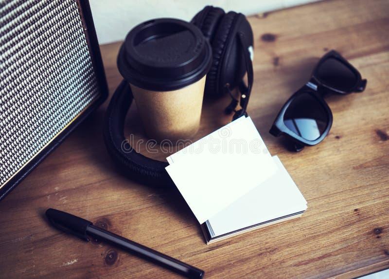 Livro Branco do cartão da pilha do close up Fundo de madeira da tabela do modelo vazio Leve embora o copo de café Coworking moder imagens de stock