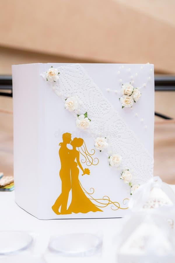 Livro branco do casamento, decorado com flores e laço imagem de stock royalty free