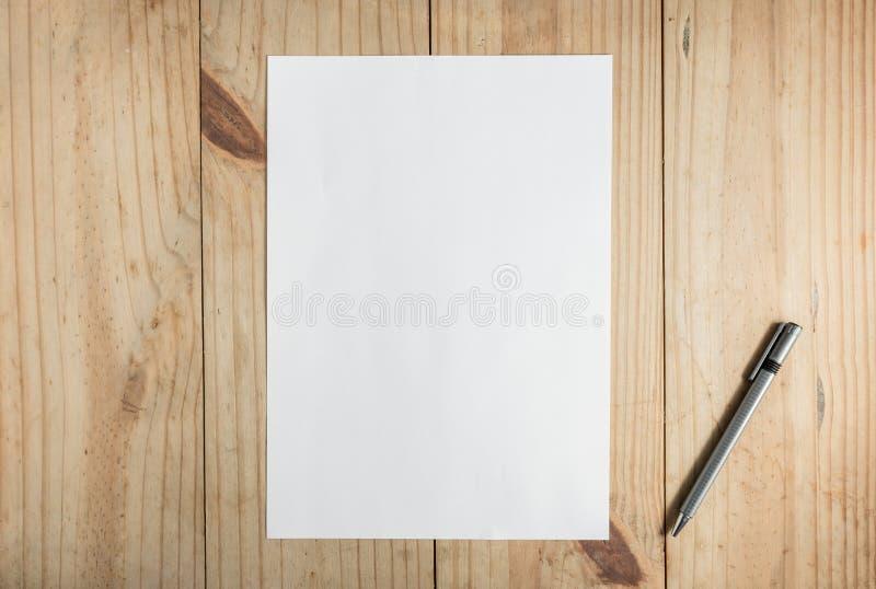 Livro Branco e lápis cinzento no fundo de madeira fotografia de stock royalty free