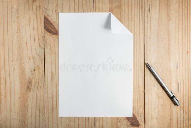 Livro Branco e lápis cinzento no fundo de madeira imagens de stock