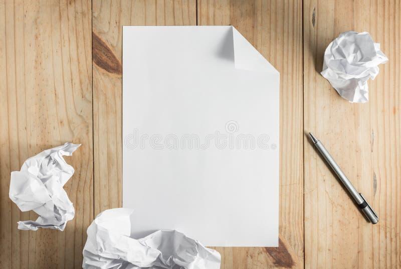 Livro Branco e lápis de papel e cinzento amarrotado no backgro de madeira imagens de stock