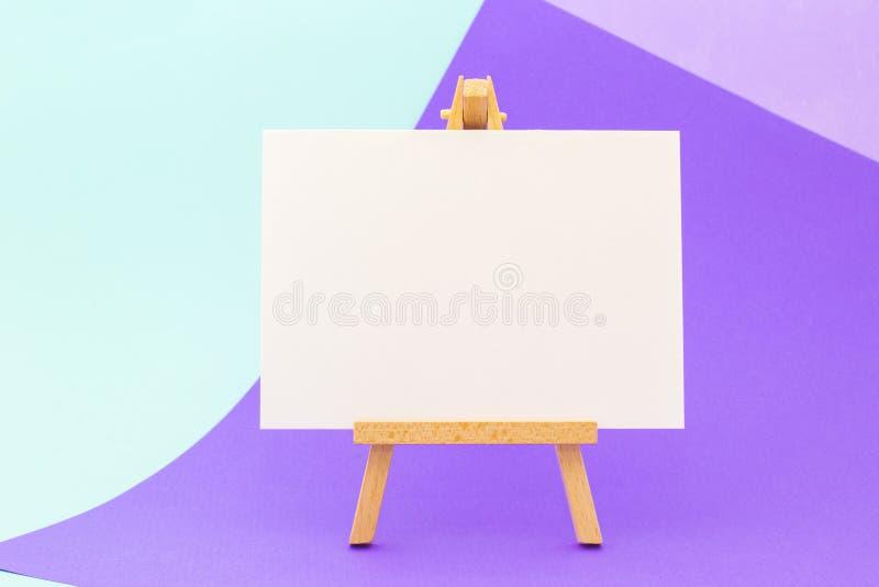 Livro Branco em pouca armação no fundo colorido fotografia de stock